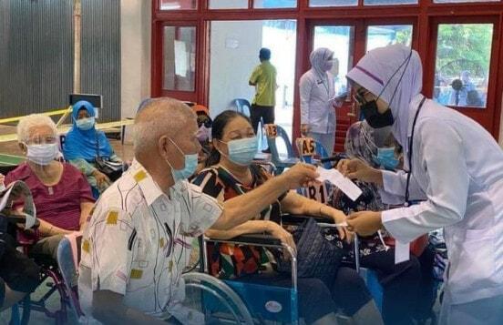老人家打疫苗轮椅护士询问口罩