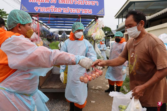 Thailand Monk Truck Distribute Food 04