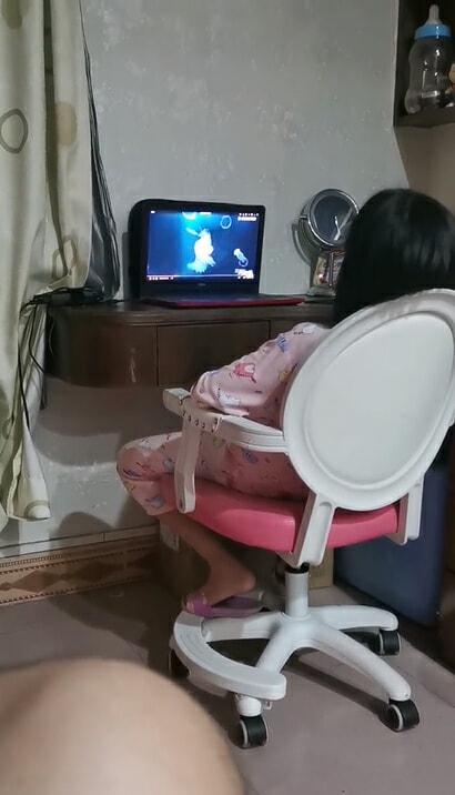 女儿看动画片