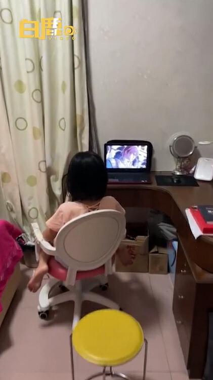 女儿看卡通